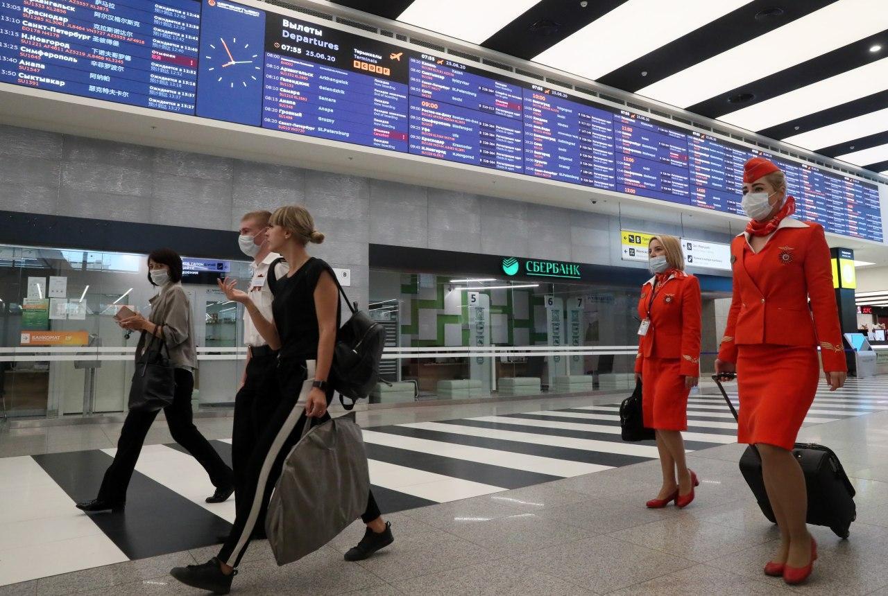 стюардессы в аэропорту