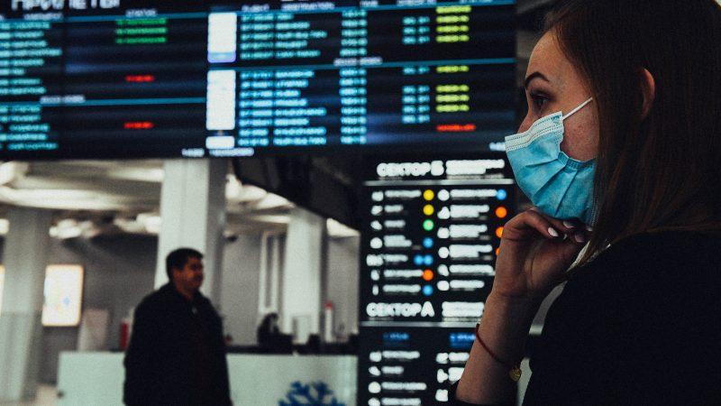 девушка на фоне табло в аэропорту